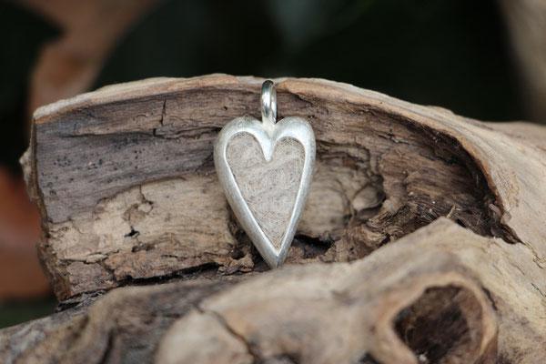 großes Herz, 925/er Silber, mit eingefilzter Unterwolle, LxB = ca. 27x16mm,  €95,-