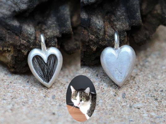 kleines Herz, 925/er Silber, Haare eingelegt, mit Gießharz verschlossen, € 85,-