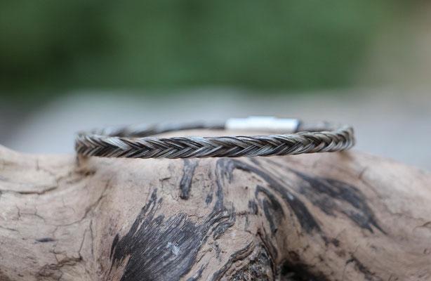 Pferdehaararmband aus Schweifhaar,  12fach viereckig geflochten, Edelstahlverschluss, €50,-