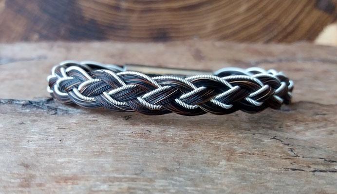 """Pferdehaararmband """"Biggà"""" aus Schweifhaar, 4fach flach geflochten mit Zinndraht mit 4% Silberanteil einseitig eingefasst, Edelstahlverschluss, €45,-"""