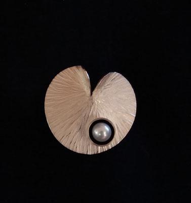 Seerosenblatt aus 925/er Silber mit Süßwasserzuchtperle, € 95,-