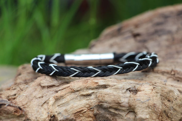 Pferdehaararmband aus Schweifhaar, 16fach viereckig geflochten, mit Zinndraht mit 4% Silberanteil, Edelstahlverschluss, €60,-