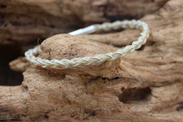 """Pferdehaararmband """"Dàrjà"""" aus Schweifhaar, 4-fach rund geflochten mit Zinndraht mit 4% Silberanteil, Edelstahlverschluss, €45,-"""