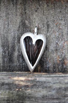großes Herz, 925/er Silber, mit eingelegtem Haar, mit Gießharz verschlossen (ACHTUNG: Weiße Haare werden im Harz oft durchsichtig!!), LxB = ca. 27x16mm, €115,-