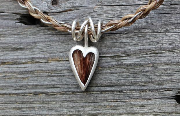 großes Herz, 925/er Silber, mit eingelegtem Haar, mit Gießharz verschlossen, (ACHTUNG: Weiße Haare werden im Harz oft durchsichtig!!) LxB = ca. 27x16mm, €115,- (hier kombiniert mit Silberspirale - nicht im Preis enthalten!)