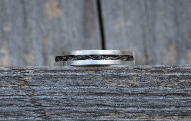 Pferdehaarring, 925/er Silber, Schweifhaar 7fach geflochten; Handarbeit. €180,-