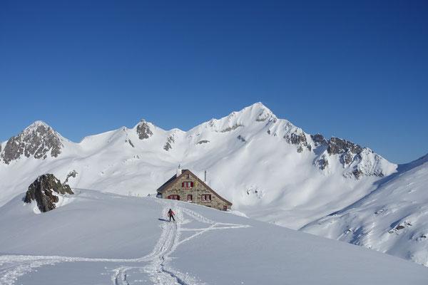 Rotondohütte mit Pizzo Lucendro