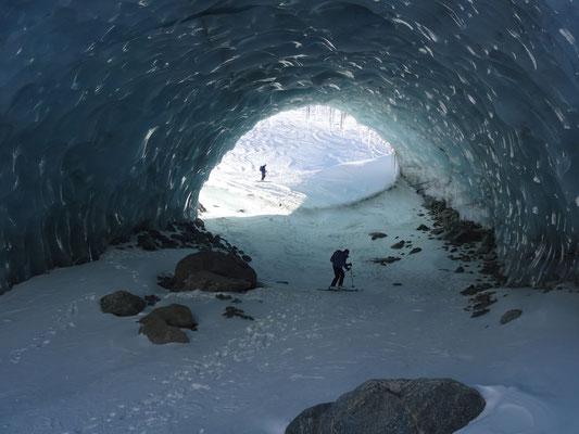 Natürlicher Eistunnel im Gornergletscher