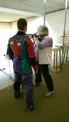 Das erste Mal Stehen-Schießen. Petra Putensen demonstriert den richtigen Anschlag.