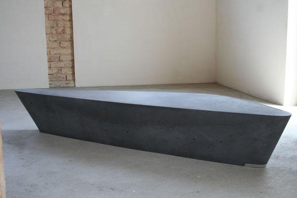 beton , rund , organisch , geschwungen , board , lowboard , sideboard , tisch , beistelltisch , couchtisch , stein , naturstein , schiefer , anthrazit , schwarz , grau , granit , design , modern , betonmöbel