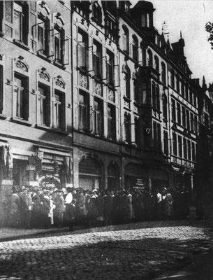 Schlangestehen vor Kolonial-u.Delikatessengeschäft Franz Birck, Theaterstraße 21, 1916-1919. Städtisches Museum Göttingen