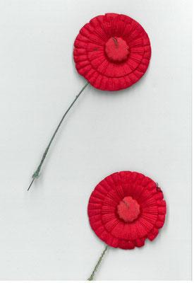 Zwei rote Knopflochkokarden aus dem Besitz von Ernst Kelterborn. StA Göttingen