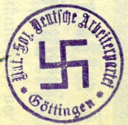 """Stempelabdruck mit Hakenkreuz und Schriftzug """"Ortsgruppe Göttingen"""", 1922. StA Göttingen"""