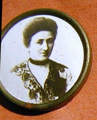 Rosa Luxemburg. Anstecknadel aus dem Besitz von Ernst Kelterborn. StA Göttingen