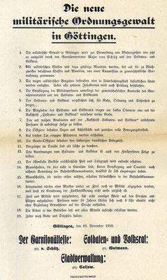 Die neue militärische Ordnungsgewalt, 10.11.1918. Unterzeichnet von den drei Säulen der Ordnung: Dem Garnisonältesten, dem Soldaten- und Volksrat und der Stadtverwaltung. Darin werden Regeln zur Herstellung von Ruhe und Ordnung festgelegt. StA Göttingen