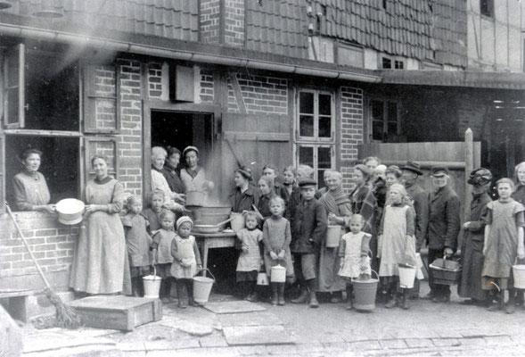 Volksküche in der Geiststraße, vor 1918. Die Volksküchen sorgen auch weiterhin für die Ernährung der Bevölkerung. Städtisches Museum Göttingen