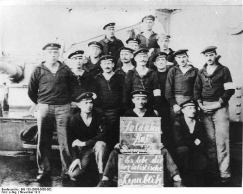 Matrosenrat in Kiel, unbekanntes Schiff, Anfang November 1918, Kiel. Bundesarchiv