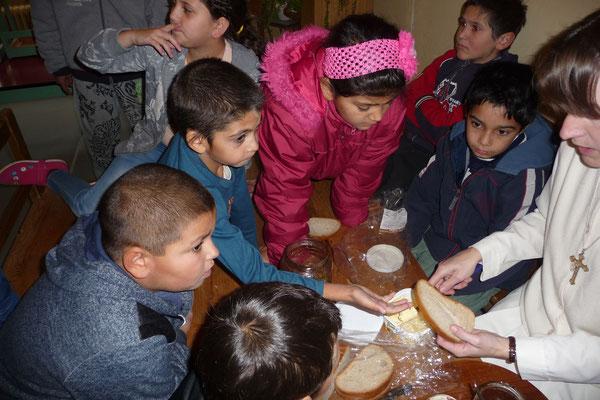 Kinder aus armen Verhältnissen beim alltäglichen Frühstück im Mutterhaus