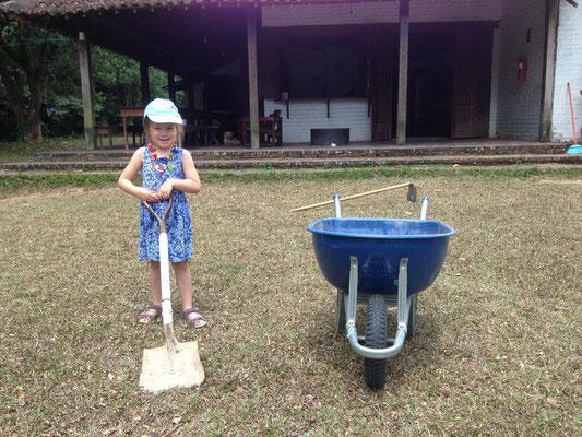 Tobias & Jael halfen den Garten zu säubern