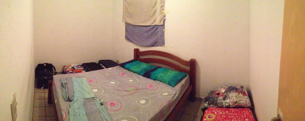 Unser neues Zimmer inkl. provisorischer Vorhänge... :-)