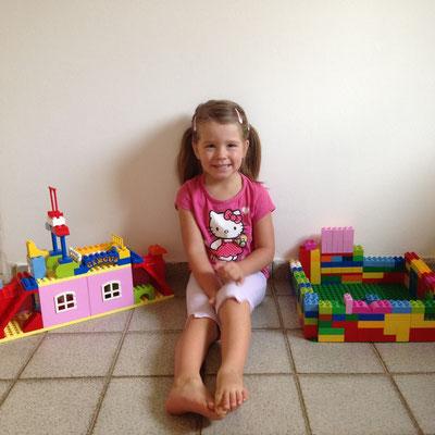 Jael hat ein Swimmingpool und ein Haus mit einem Moskitonetz aus Legos gebaut :-)