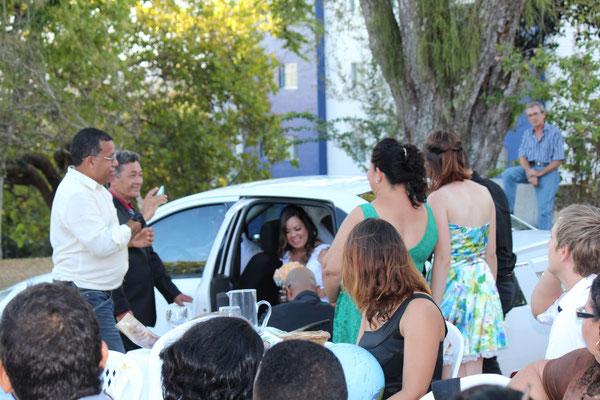 Sobald die Braut aus dem Auto aussteigt, wird sie von den Fotografen umstellt... :-)
