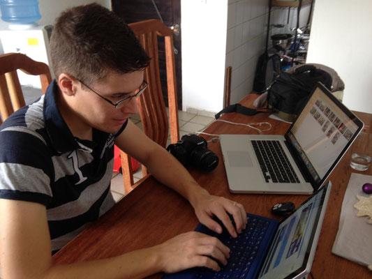 Tobias am Blog schreiben