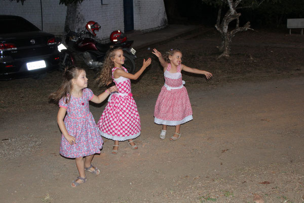 Jael und ihre Freundinnen tanzen zusammen