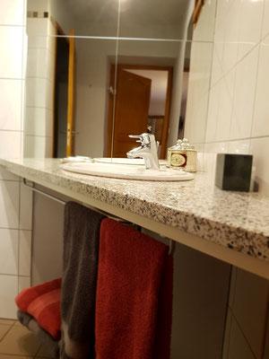 Le Champ du Pré - Chambres d'hôtes entre Sologne et Val de Loire - Week-ends et vacances en amoureux ou en famille - Salle de bain chambre lits 160