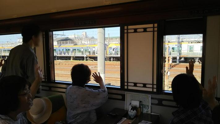 8:26 JR松山駅を職員に見送られて出発