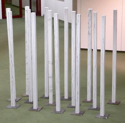 Wald Stück, 15-teilig, 6 x 6 x 160 cm auf Stahl, Holz weiß bemalt mit Gespinsten aus Carbonfasern, 2018