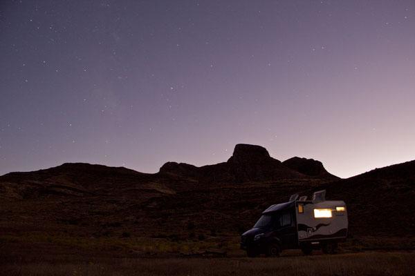 Endlich wieder so warm, dass wir am Abend alle Löcher aufreissen. In der Woodbury Wilderness Area bei St. George ist es Abends so dunkel, dass die Sterne so schön sichtbar sind.