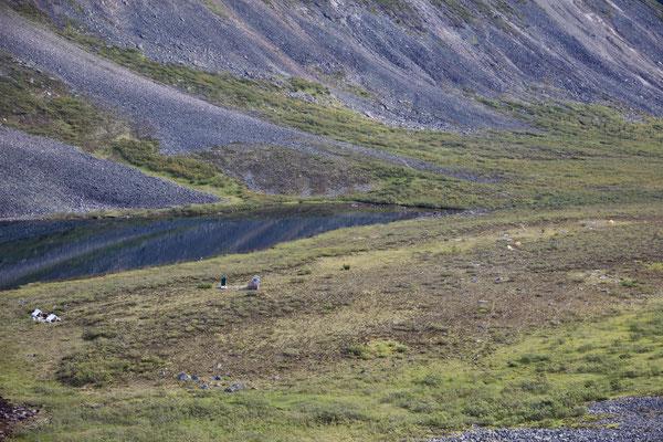So funktioniert ein bärensicherer Campingplatz: Unser Zelt ist ganz rechts, rund 100 Meter von den Plumpsklo's entfernt und dann sind es nochmal 50 Meter zu den Koch- und Essenszelten. Ohne Essen, etc. im Zelt schläft es sich definitiv ruhiger ;)