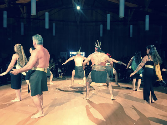 Ein indianisches Festival im Kulturzentrum von Whitehorse schaut auch gerne über die eigenen Grenzen hinaus: so sind wir in den Genuss eines farbenfrohen indianisch-neuseeländischen Spektakels gekommen.