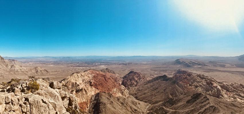 Aussicht vom Turtlehead Peak. Im Hintergrund Las Vegas.
