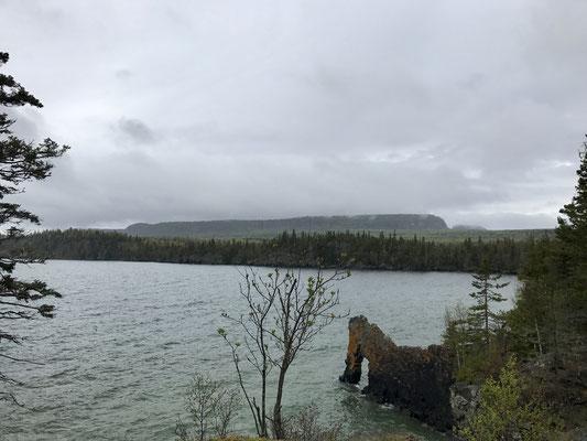 """Der Legende nach, liegt hier (im Hintergrund) ein Riese """"Sleeping Giant"""". Im Vordergrund ist der sogenannte Sea Lion zu sehen. Eine Felsformation, die an ein Seepferdchen erinnert."""