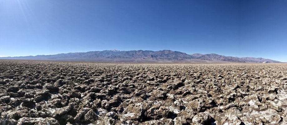Der Devils Golfcourse im Death Valley sieht aus wie ein Acker, besteht aber aus steinharten und messerscharfen Salzkristallen.