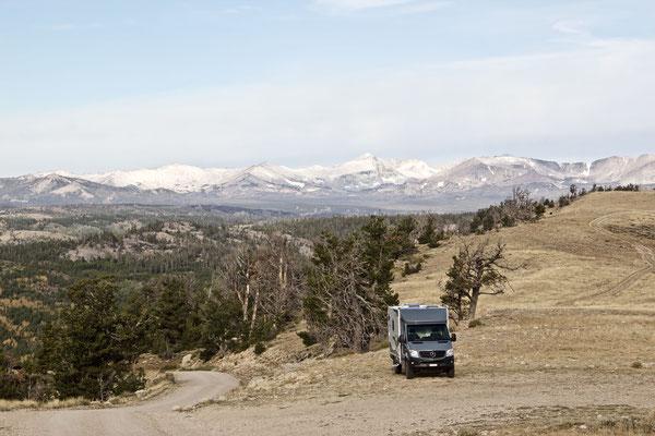 """Klettergebiet """"Wild Iris"""" in Lander. Am Schnee im Hintergrund kann in etwa die Lufttemperatur abgeschätzt werden. ES WAR KALT!!!"""