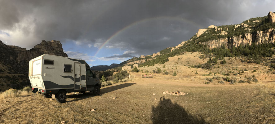 Am Abend ziehen wieder Wolken auf und sorgen für einen Regenbogen. Leider ist das gute Wetter bereits wieder Geschichte. Deshalb machen wir uns jetzt auf den Weg nach Utah.