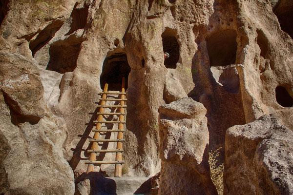 Diesmal ist Fabienne ja nicht wirklich gut versteckt. Die Tuffhöhlen im Bandelier National Monument.