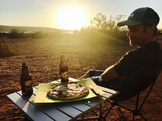 Nach dem lustigen Trip auf dem See gönnen wir uns eine feine Pizza vom Grill. Life is good!