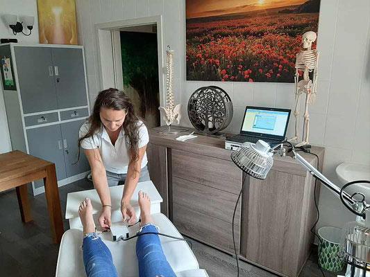 Physikalisch meßbare Frequenzen werden über Knöchelelektroden in den Körper geschickt.