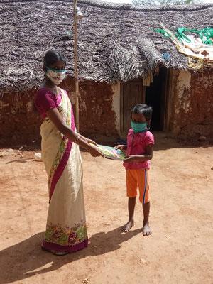 Besuch einer Lehrerin eines Schülers in seiner Hütte