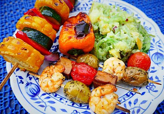 Grillteller mit Garnelen-Knobaucholiven-Spieße, Räuchertofu-Tomaten-Spieße, Grilltomate, Gemüsespieß