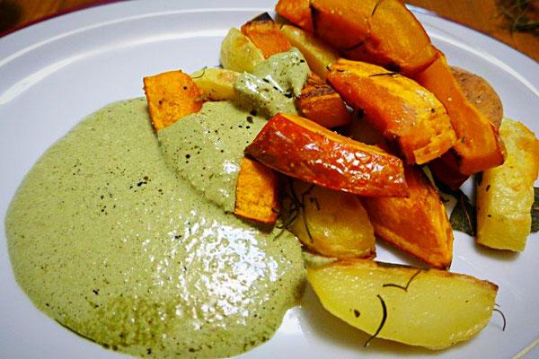 Gebackene Kürbis- und Kartoffelspalten mit Rosmarin und Salbei angerichtet mit veganem Sesam-Kürbiskernöl-Dipp