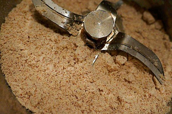 Mahlen des getrockneten Mandelrückstandes zu Mandelmehl