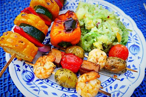 Kartoffelsalat mit Algen, Gemüsegrillspieß, gegrillte Paprika, Krabben-Knoblaucholiven-Spieße, Räuchertofu-Tomaten-Spieße