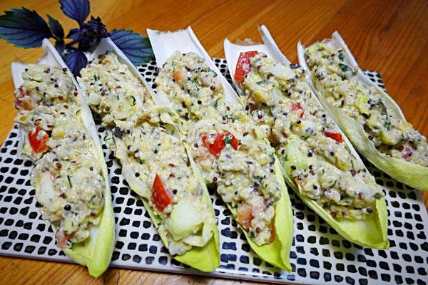 Quinoa-Linsen-Salat auf Chicoreeblätter