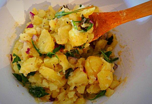 Warmer Kartoffelsalat mit Löwenzahn und Giersch