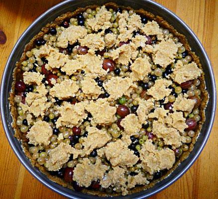 Beerenmixkuchen mit Mürbeteig und Streuseln fertig für den Ofen